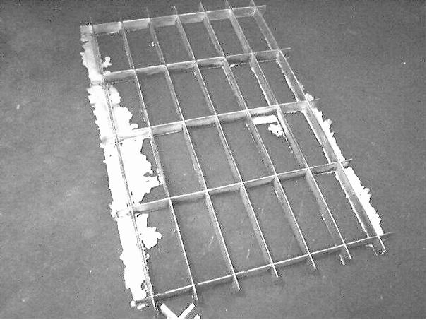 Bild 1: Gratbildung bei einem gegossenen Aluminiumgitter (Abmessungen 2 m x 3 m)