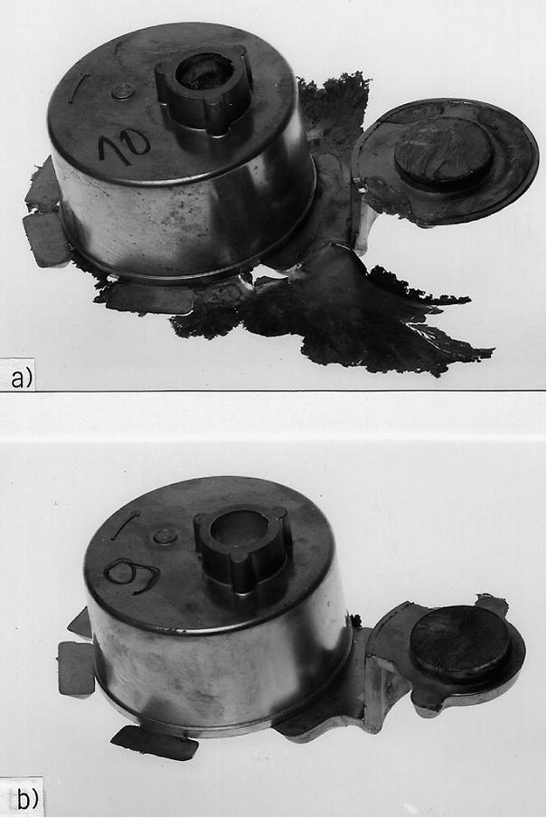 """Bild 2: Gratbildung an einem Druckgussteil a) konventionell und b) gratarm gegossen nach dem """"Flashtrol-Verfahren"""", (Bühler AG, Uzwil/Schweiz )"""