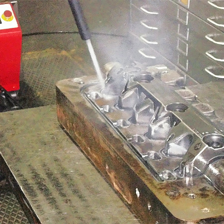 Fig. 4: Cleaning of a die casting tool by means of CO2 snow blasting, photo: CryoSnowGmbH