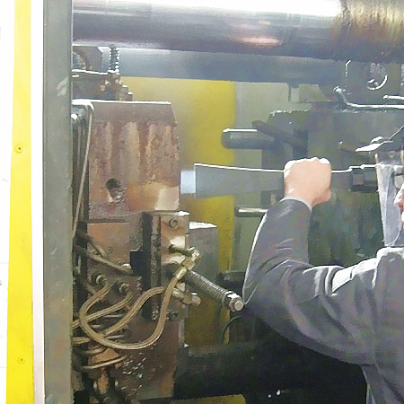 Fig. 6: Cleaning of a die casting machine by means of CO2 snow blasting, photo: CryoSnow GmbH