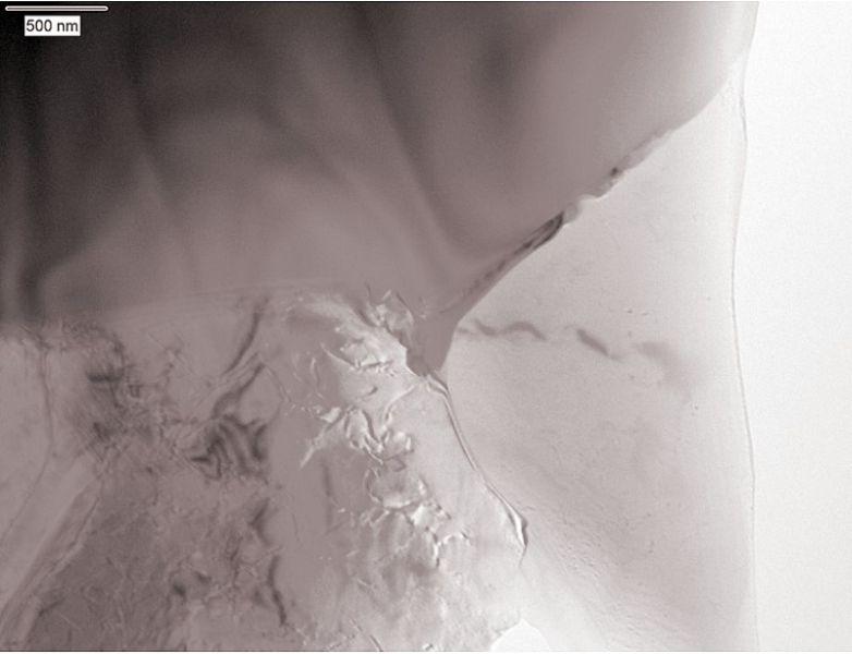 Bild 12: TEM-Aufnahme (Hellfeld) eines nahezu ausscheidungsfreien ?-Aluminium-Mischkristalles und (Al + Si)-Eutektikums nach Kaltauslagerung, Korngrenzen und Beugungsstrukturen.