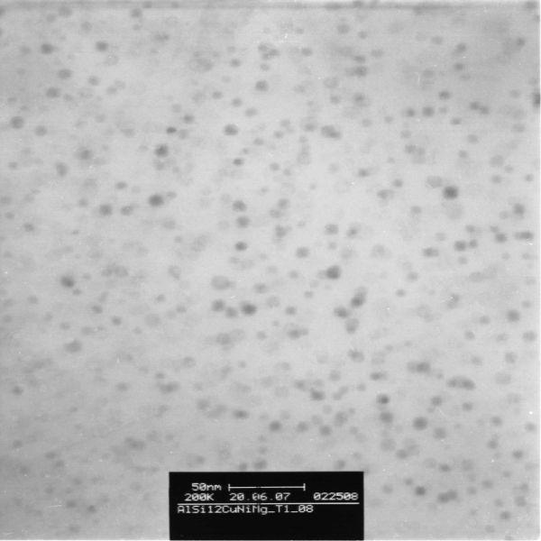 Bild 3: TEM-Bild, Hellfeld: Legierung Al Si12CuNiMg, Zustand T1 (aus der Gießhitze abgeschreckt und vollständig kaltausgelagert), sehr feine (5 bis 10 nm) und homogen verteilte Ausscheidungen nach vollständiger Kaltauslagerung (GPI-Zonen).