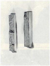 Bild 1a: Schwingungsbrüche nach zweiseitiger Biegewechselbeanspruchung; Rissfortschritt von einer Seite (links) und von beiden Seiten (rechts), 1:1