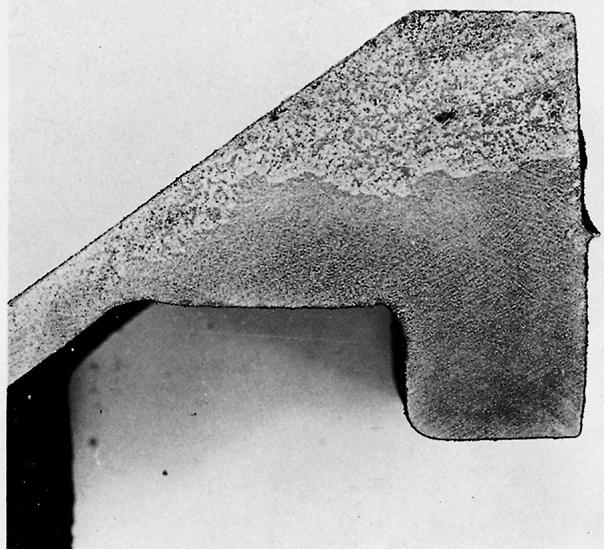 Bild 1: Schnitt durch ein Gussteil mit massiver Grafitflotation, Kohlenstoffäquivalent 4,49 %, Restmagnesiumgehalt 0,059 %, Vergrößerung 2:1