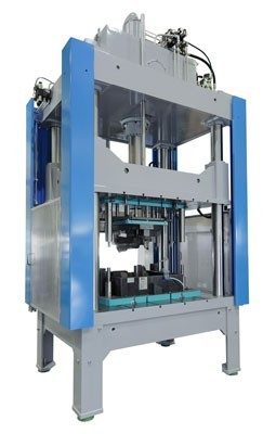 Bild 1. abk Entgratpresse, SP19-100 Säulenpresse mit Werkzeug (Aulbach Automation GmbH abk Pressenbau)