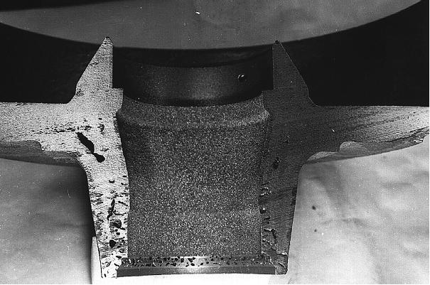 Bild 1: Gussteilabschnitt mit massiven Komma-, Pinhole- und Gasblasenfehlern, hergestellt im Nassgussformverfahren, Stahlanteil in der Gattierung 80 %