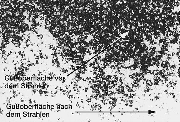 Bild 2: Detailaufnahme des in Bild 1 gekennzeichneten Bereiches, deutlich sind die einzelnen penetrierten Sandkörner und die nach intensivem Strahlen saubere Oberfläche der Al-Gusslegierung sichtbar, 12:1