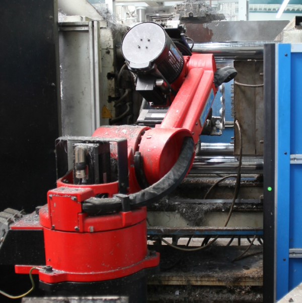 Fig. 2:  CASTejec t- linear - smooth casting removal at a 350-ton casting machine with 12-fold casting (Reis Robotics GmbH, Obernburg am Main)