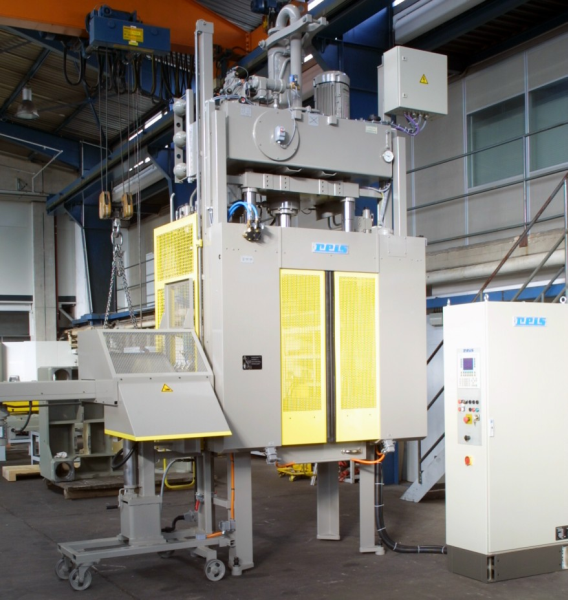Fig. 2: Reis trimming press with DIALOG III Allen Bradley control, photo: Reis Robotics GmbH