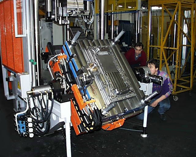 Fig. 7: Changing equipment for blank die, photo: Tecnopres S.r.l.