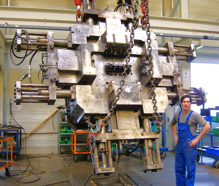 Fig. 6:  Design of the large mold for a series 5 cylinder engine block, photo: Schaufler Tooling GmbH