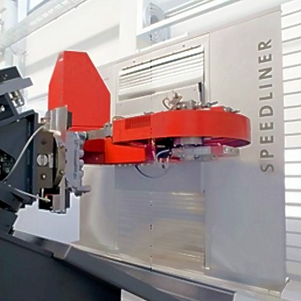 Fig. 1: SPEEDLINER 920 M band saw by Fill GmbH, sawing aggregate mounted on servo.controlled axes, movable and rotatable in all three room axes directions