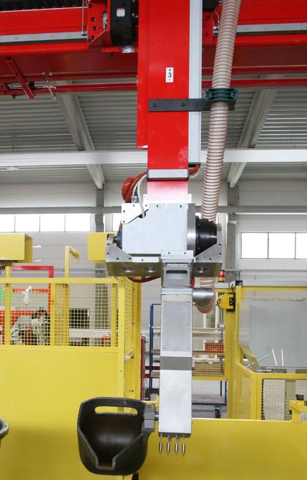 Bild 1: Gießlöffelantrieb am Dosierroboter RL, Hohe Genauigkeit durch NC-Gießachse mit Direktantrieb, Redundante Sensoren sorgen für eine höhere Betriebssicherheit (Reis Robotics GmbH, Obernburg am Main)