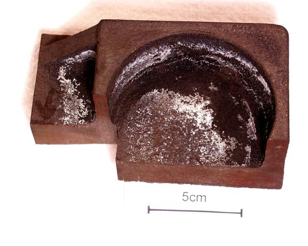 Bild 1: Gussteilausschnitt, deutlich ist der weiße Belag sichtbar, Werkstoff: EN-GJS 400-18; % C = 3,58; % Si = 2,71; % Mn = 0,22; % Mg = 0,045; Formstoff: Furanharz