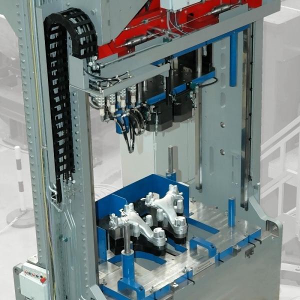 Bild 1: Hydraulische Abgratpresse TRIMMASTER PRESS von Fill Gmbh, durch ein Linearführungs-System ist eine optimale Zugänglichkeit zur automatisierten Be- und Entladung von zwei Seiten gewährleistet, Foto: Fill GmbH