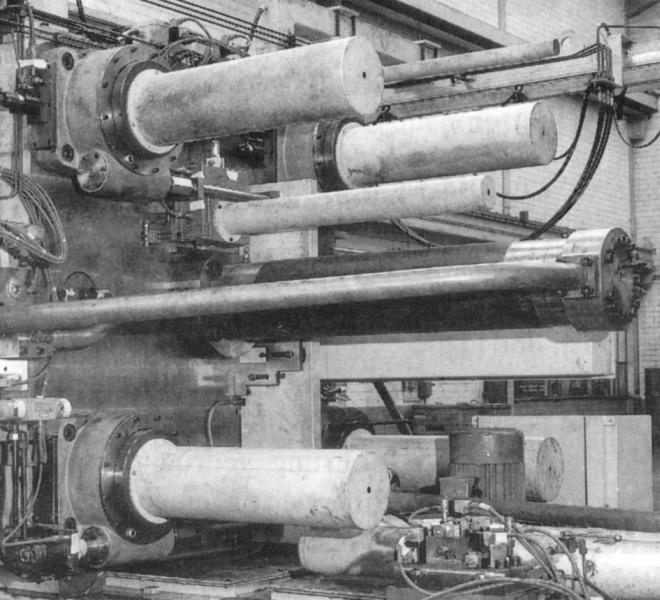 Bild 5: Formhöhenverstellung mittels Schneckenwelle, kombiniert mit automatischer Säulenzieheinrichtung