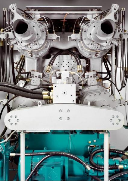Bild 3: Ansicht auf die Schließeinheit und Pumpengruppe einer 2-Platten-Druckgießmaschine der Baureihe Carat des Herstellers Bühler AG