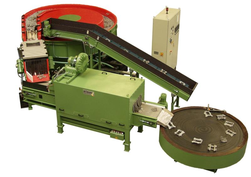 """Bild 6: Gleitschleifanlage """"Long Radius"""". Diese Baureihe wird im Durchlaufbetrieb für einmalige Umläufe und damit für Direktverkettungen genutzt. Teile aus Zink, Aluminium oder auch Stahlgussgehäuse lassen sich unmittelbar nach der spanenden Fertigung oder dem Gießprozess bearbeiten. Die Reihe der Long Radius Rundvibratoren umfasst fünf Typen mit Nutzlängen von fünf (R 250/5 LR, R 310/5 LR), acht (R 480/8 LR) und neun Metern (R 400/9 LR, R 310/9 LR).(Rösler Oberflächentechnik GmbH, Untermerzbach)"""