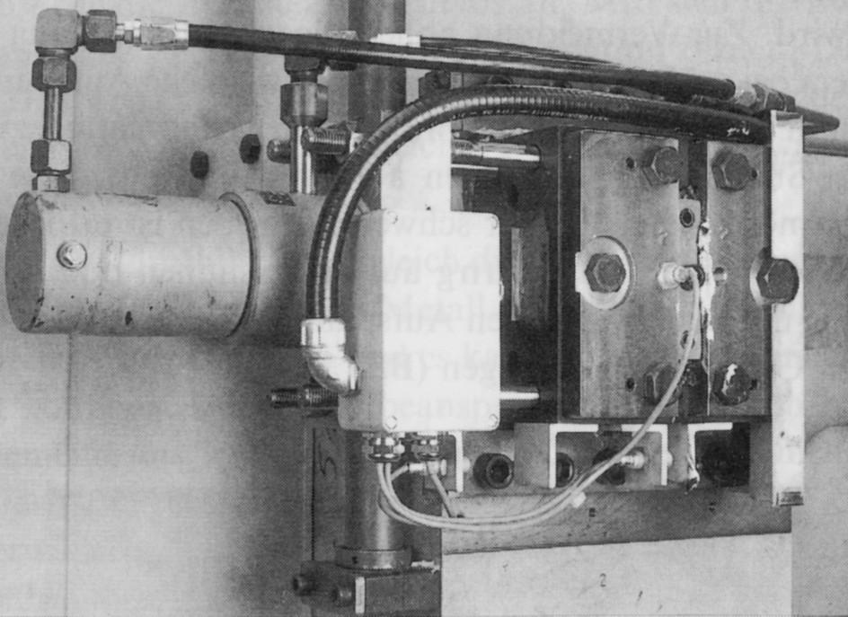 Bild 2: Geteilte Säulenmutter mit hydraulischem Betätigungs-zylinder an der festen Aufspannplatte, Quelle: Bühler AG
