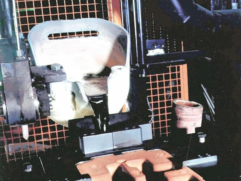 Bild 1: Schöpflöffel für den Kokillenguss aus hitzebeständigem Stahl, geschlichtet, an einem Gießroboter befestigt