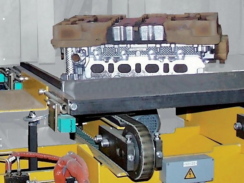 Bild 2: Heiße Gussteile in Transporttassen an einer Übergabestation zur Kühlstrecke, Foto: Fa. Fill GmbH