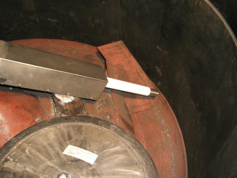 Bild 2: Beispiel einer Rotationselektrode im Mischer. Dabei wird die  Elektrode im Mischer in die Rotation der Mischwerkzeuge eingebunden. Damit ist gewährleistet, dass am Ort der Messung eine gleichmäßige Dichte vorliegt und gleichzeitig größere Mengen des Mischgutes an der Elektrode vorbeiziehen, was eine Voraussetzung zum Erreichen eines repräsentativen Signals für die gesamte Mischung ist (datec Dosier- und Automatisierungstechnik GmbH, Braunschweig).