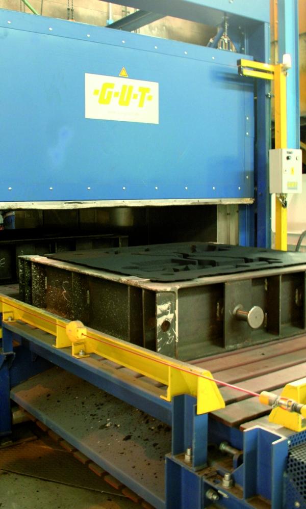 Bild 2: Ausfahrt eines Formkastens aus dem Vortrockenofen, (GUT Giesserei Umwelt Technik GmbH, Freudenberg)