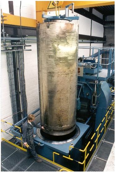 Bild 3: Einbringen der Druckkammer in die HIP-Anlage (Bodycote Wärmebehandlung GmbH Ebersbach, Deutschland)