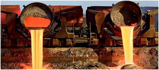 Bild 3: Schlackenabguss; die bei der Roheisenherstellung im Hochofen entstehende Hochofenschlacke wird zur Abkühlung in das Schlackenbeet abgegossen. Durch die gezielte Abkühlung entsteht ein natürliches Gestein, das in seiner Zusammensetzung den magmatischen Gesteinen entspricht und überwiegend im Bauwesen mit Erfolg eingesetzt wird. (Quelle: DK Recycling und Roheisen GmbH, Duisburg, Deutschland)