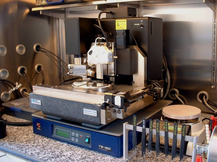 Bild 2: Rasterkraftmikroskopie in der Clove-Box am FELMI-ZFE-Graz, Österreich