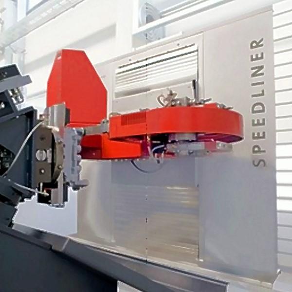 Bild 1: Bandsäge SPEEDLINER 920 M von Fill GmbH, Sägeaggregat ist auf servogeregelten Achsen montiert und lässt sich in alle 3 Raumachsen bewegen und rotieren