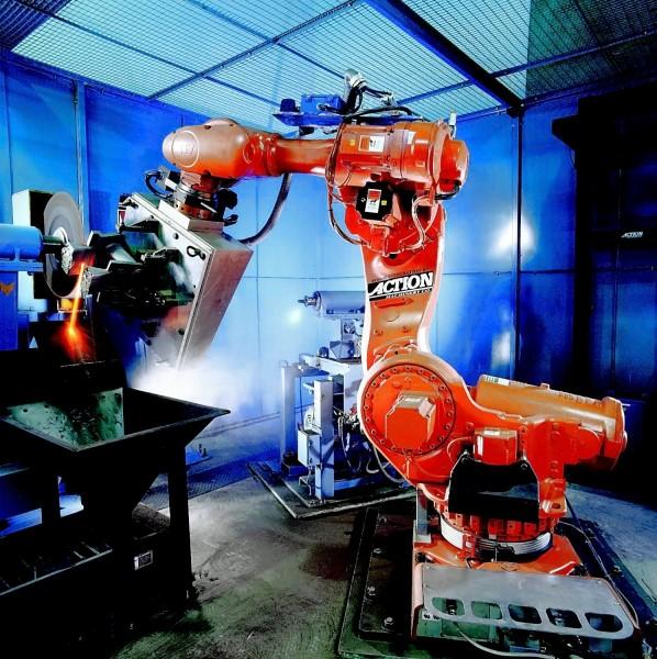 Bild 2: Roboterbearbeitung: Abtrennen der Speiser mit einem Industrieroboter IRB 7600 von ABB Automation GmbH