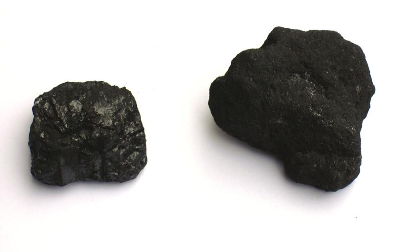 Bild 1: Anthrazit (links) und Steinkohlenkoks (rechts); (Quelle: Wikipedia)
