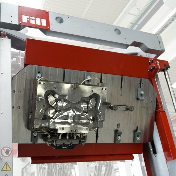Bild 2: Low pressure caster von Fill GmbH mit ausgeschwenkter oberer Formaufspannplatte