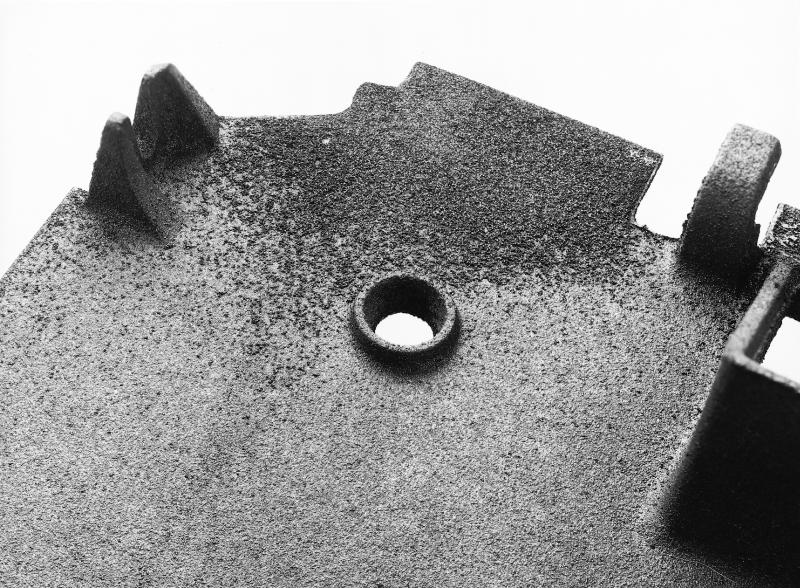 Bild 4: Festanhaftende Sandschicht an einem dünnwandigen Gussteil aus GJL (Quelle: Handbuch der Gussfehler, S&B Industrial Minerals GmbH, Marl)