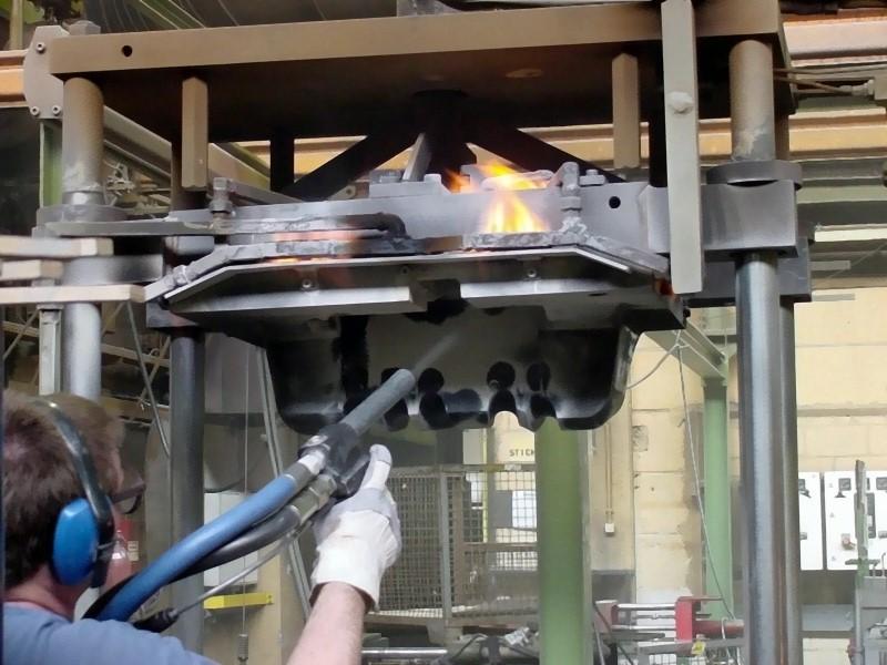 Bild 4: Trockeneisstrahlen einer Niederdruckkokille im heißen Zustand, Quelle: ASCO Kohlensäure AG, Romanshorn, CH