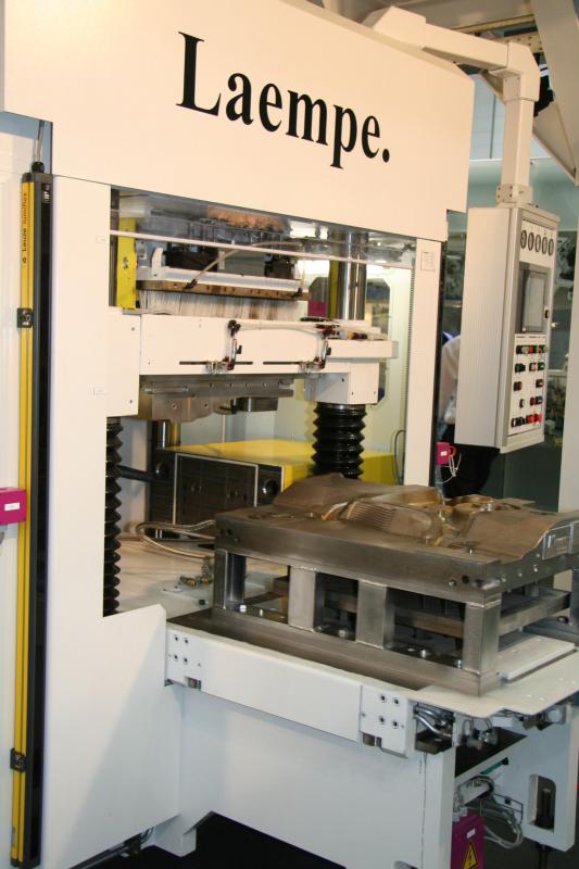 Bild 1: Hot-Box-Kernschießmaschine vom Typ LFB25 (Laempe Mössner GmbH, Schopfheim)