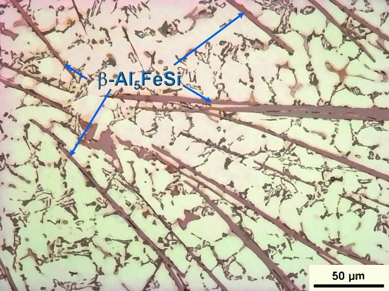 Bild 1: Massive Schädigung des Gefüges durch Al5FeSi-Eisennadeln im Gefüge einer AlSi7Mg-Legierung mit 1,5% Fe, Quelle: H. Rockenschaub, FT&E