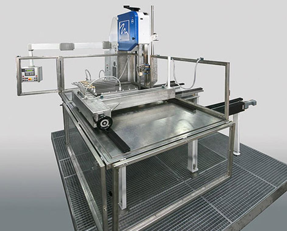 Bild 6: Vollautomatische CNC-Bandsäge SSF 801 zum Aufteilen von Silizium-Ingots in einzelne Quader  (August Mössner GmbH + Co. KG)