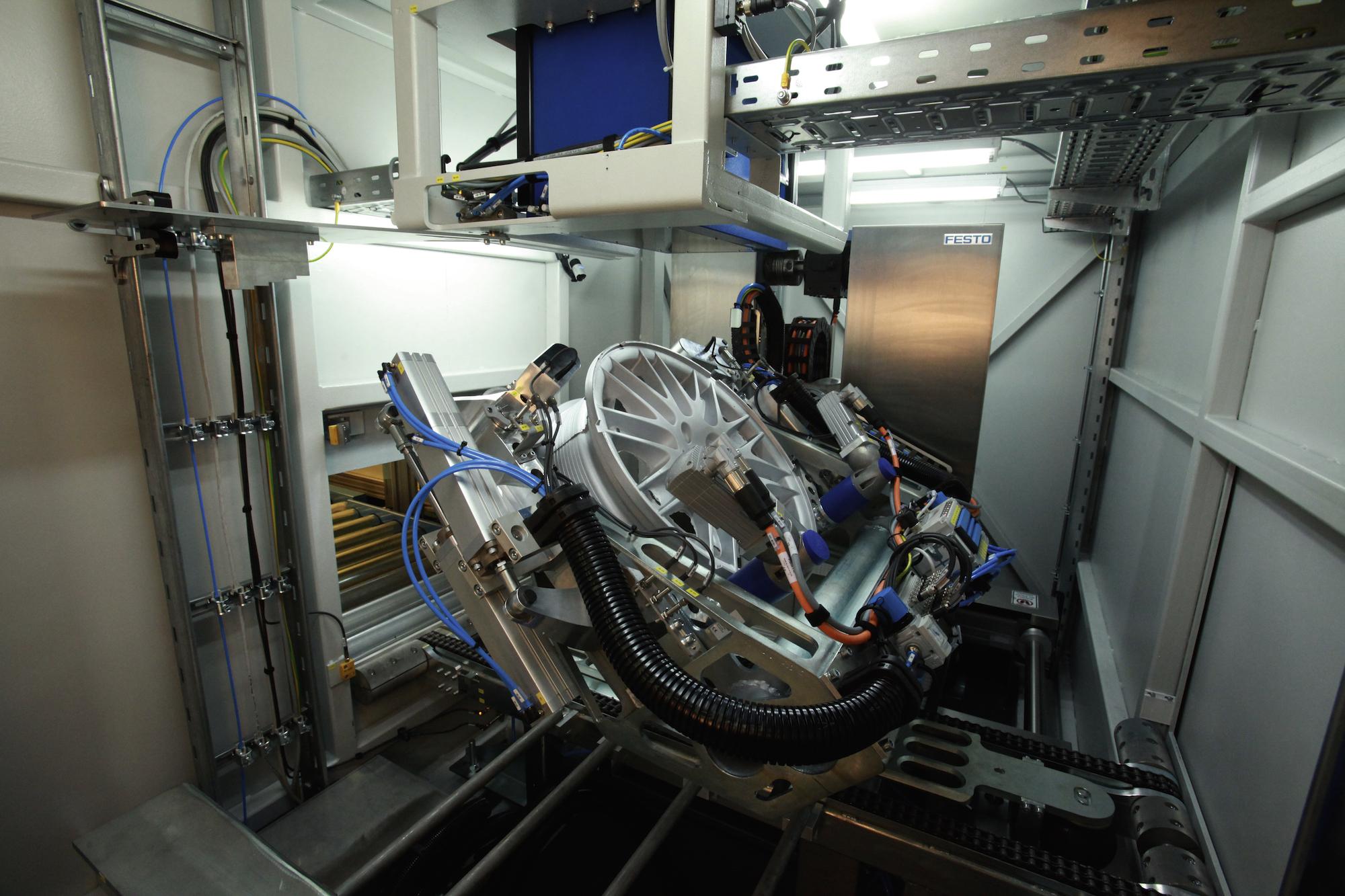 Bild 3: Blick in die Räderprüfanlage HeiDetect Wheel des Herstellers Erhardt + Abt (Quelle: Erhardt + Abt Automatisierungstechnik GmbH)