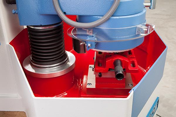 Bild 3: Topfschleifmaschine mit Parallel-Schraubstock (HERZOG Maschinenfabrik GmbH & Co. KG)